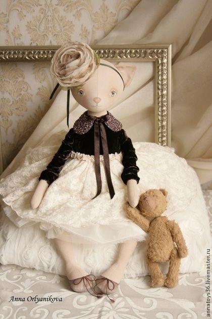Купить или заказать Девочка - цветок в интернет-магазине на Ярмарке Мастеров. Авторская кукла ручной работы. Кошка сшита из хлопка, плотно набита синтепухом, тонирована акрилом. Личико расписано акриловыми красками. Ручки, ножки свободно болтаются. Может сидеть сама. Платье из натурального бархата с юбочкой из вышитого шифона. С двумя подъюбниками для пышности. Платье не снимается. Воротничок съемный, с завязками из атласных ленточек. Вручную расшит цветным бисером.