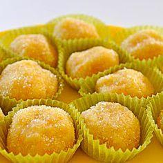 La ricetta delle palline all'arancia, dolcetti tipici della pasticceria siciliana e di Erice in particolare fatti con mandorle, succo d'arancia e liquore.
