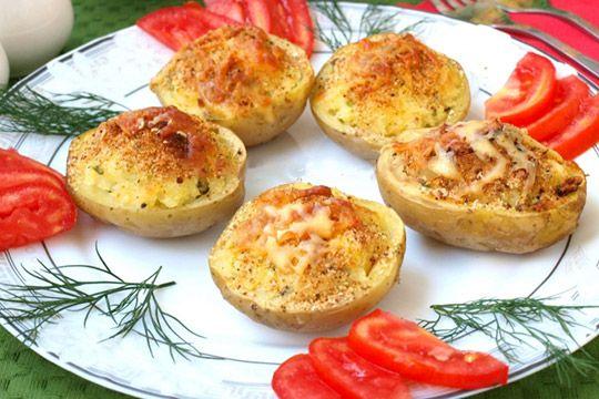 Запеченый картофель фаршированный сыром http://mysadzagotovki.ru/zapechenyj-kartofel-farshirovannyj-syrom/  Бесподобная картошечка! Мягкая и вкусная! Хороша в качестве самостоятельного блюда или как дополнение к мясному. Ингредиенты Картофель крупный — 8 шт Твёрдый сыр — 80 гр. Перья зелёного лука — 3-4 шт Сметана — 3 ст. л. Сухари панировочные — 2 ст. л. Перец, соль (по вкусу) Приготовление Картофель хорошо вымыть щёткой и сварить до […]