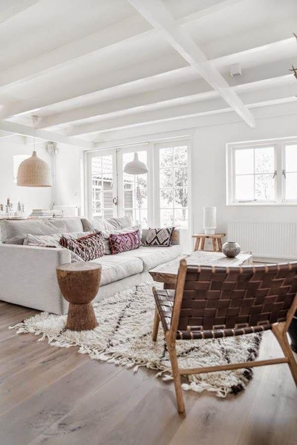 Salón en color blanco y suelo de madera