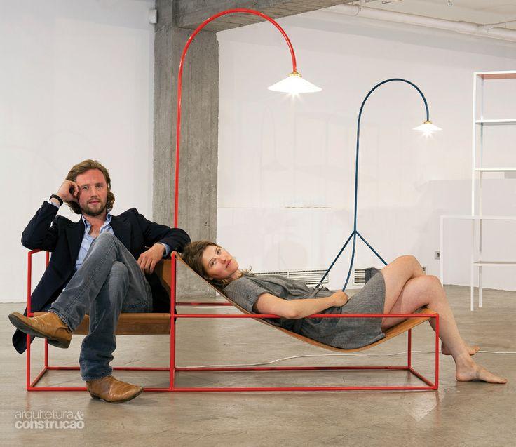 Os designers belgas Hannes Van Severen e Fien Muller adotaram o princípio da concisão ao idealizarem a Zetel, uma estrutura de tubos de aço que reúne cadeira, espreguiçadeira e luminárias