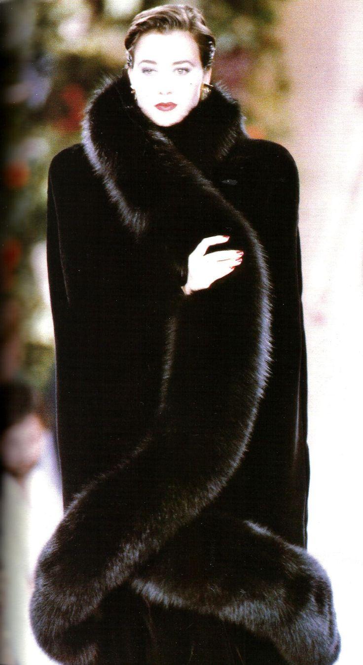 YVES SAINT LAURENT Haute Couture automne-hiver 1988/89.- Cape de vison garni de zibeline.
