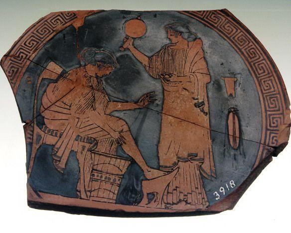 Decorazione interna di una coppa in ceramica attica: donna con gli strumenti per la filatura e ancella