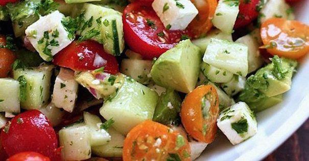 Cette recette est idéale pour les longues et chaudes journées d'été… Fraîche, légère et saine, cette salade vous aidera à calmer votre faim tout en vous aidant à perdre du poids...