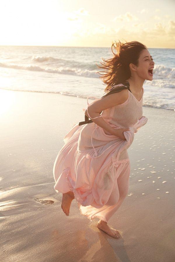 """石原さとみ/写真集「encourage」より(画像提供:宝島社) / モデルプレス - 石原さとみ、無邪気にはしゃぐ姿が""""女神級の可愛さ"""" ありのままの""""素顔""""でも魅せる #石原さとみ #写真集 #モデルプレス"""
