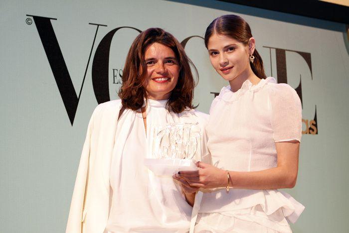 Premios Vogue Joyas 2012. La modelo entrega el Premio Joya Internacional a Laurence Raulet, directora internacional de Joyería Hermès.