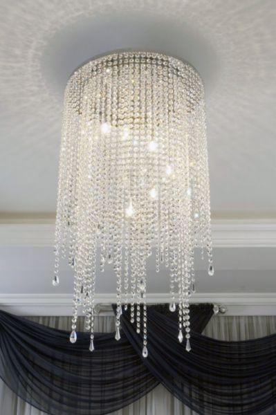 Produtos Illumini House - Grupo Metais Bianca Medidas: Descritas abaixo Material: Alumínio e cristal Descrição Pendente em alumínio com pedras e pingentes variados de cristal extra longo. Para lâmpada halopin.  1900/2P - 13Øx72(A) 1900/4M - 30Øx75(A) 1900/6G - 40Øx100(A) 1900/7GG - 50Øx100(A) Cabo de 100cm. O número após a / é a quantidade de lâmpadas.