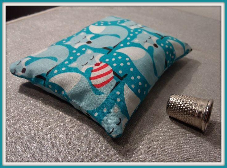 C'est l'accessoire essentiel pour passer un Hiver bien au chaud, la chaufferette renard.  Elle est composée de coton dans les tonalités bleu avec de jolis renard et quelques flocon de neige.  Elle mesure 10cm sur 8cm et est garnie de riz (environ 110 grammes). Il vous suffit de la passer 4 minutes au micro-ondes et hop c'est prêt .  Pour que les enfants gardent les mains au chaud ou pour faire un joli cadeau de Noël.  Elle est envoyée avec son mode d'emploi.  Il est possible de demander un…