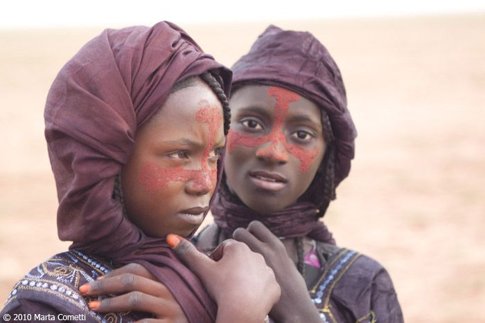 Africa | Tuareg girls adorned for the celebration of the end of Ramadan.  Azawak, Niger | © Marta Cometti