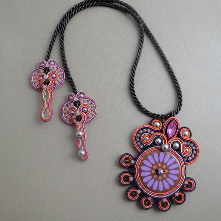 Smart way to connect the necklace.