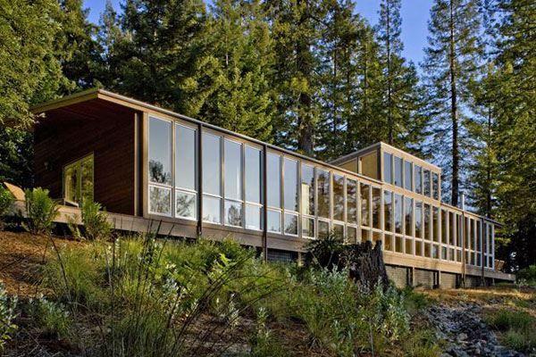 Μοντέρνα αρχιτεκτονική Ξύλινο Σπίτι στο Δάσος