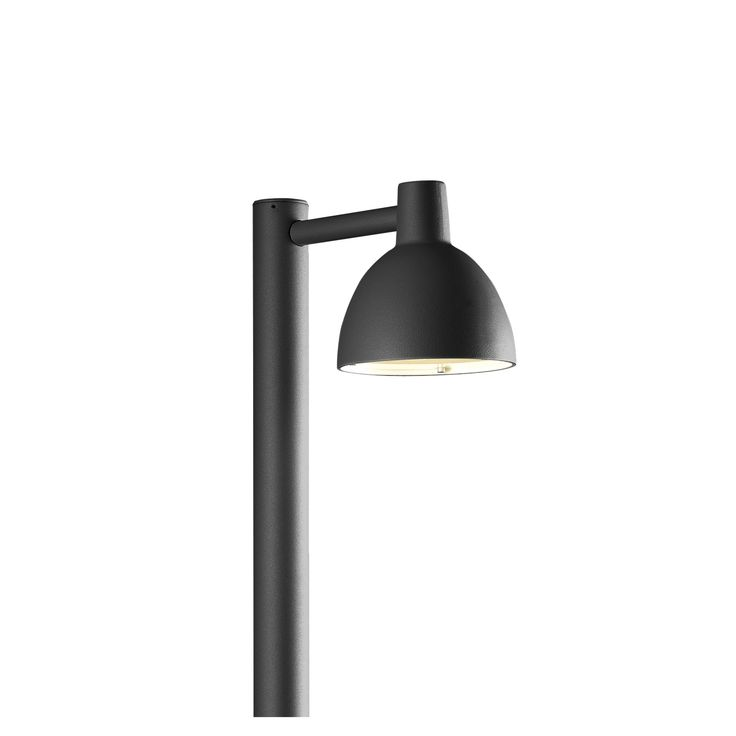 Het eerlijke en simpele design van de Toldbod-lampen maakt dat ze eenvoudig in te passen zijn in elke architectonische omgeving. De 155 Bolder Outdoor buitenlamp van Louis Poulsen is daarop geen uitzondering. Deze lamp is ideaal om opritten, paden en donkere hoekjes in de tuin te verlichten. Uiteraard is deze lamp van absolute topkwaliteit, zoals we dat van dit bedrijf gewend zijn. En daarom altijd 100% schitteringsvrij, terwijl het de mensen en objecten perfect uit licht. #lightbrands…