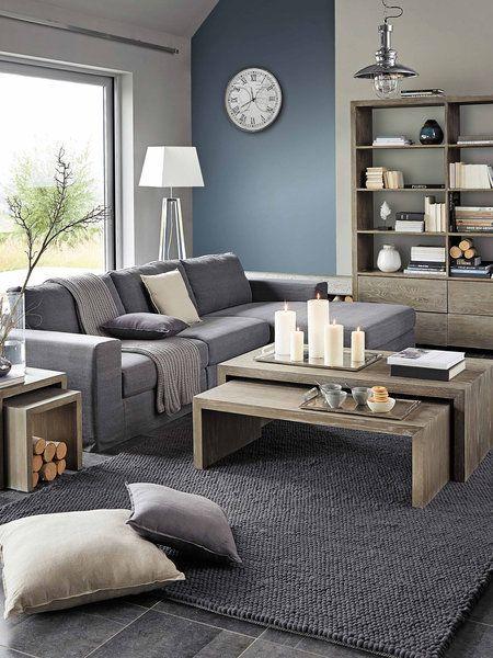 Salón con sofá con chaise longue, decorado en grises y madera