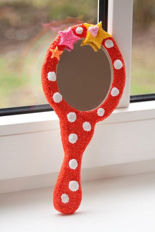 Heel makkelijk en superleuk voor een kinderfeestje! Foam Clay op een houten handspiegel.
