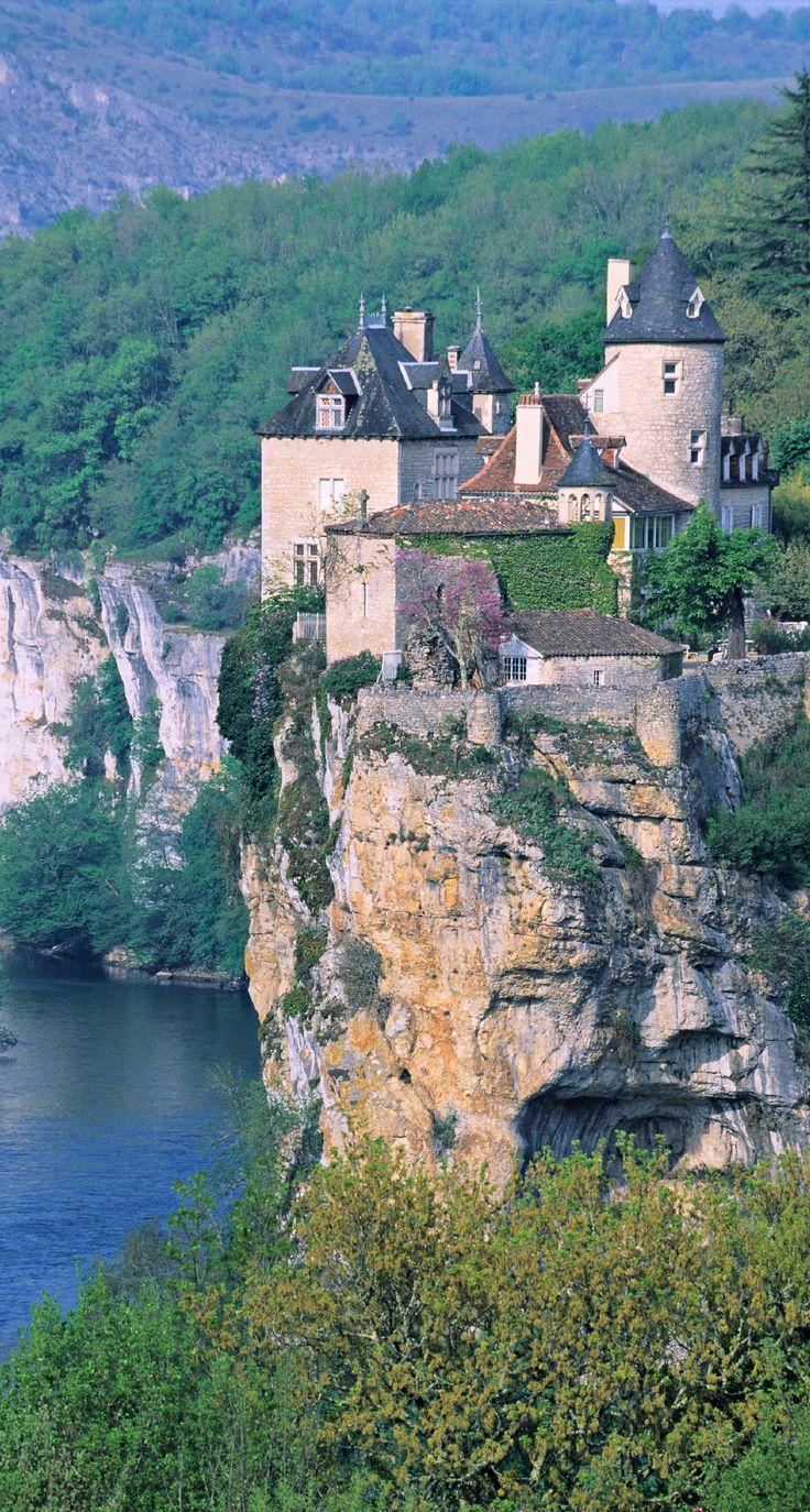 Le château de Belcastel avec sa chapelle et sa falaise dans la vallée de la Dordogne