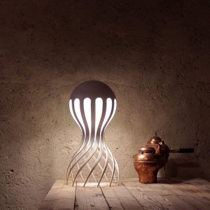 Il faut remonter en 2011, année où le designer suédois Markus Johansson faisait sensation à Milan grâce à sa lampe Cirrata. Malheureusement la lampe restait au stade de prototype attristant de nombreuses personnes intéressées pour l'acquérir.  Il aura fallu près de six ans pour voir la lampe arriver en magasin. C'est très long, mais Markus n'a jamais abandonné et la maison d'édition Oblure l'a aidé à concrétiser cette envie. Cette lampe inspirée du monde marin et plus particulièrement de...