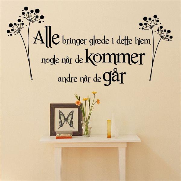 Alle bringer glæde i dette hjem - Wallsticker - www.nicewall.dk