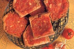 Tomat og hvidløgsbrød En kurv med varmt, skorpet, hvidløgskrydret brød er obligatorisk ledsager til ethvert tapas bord.