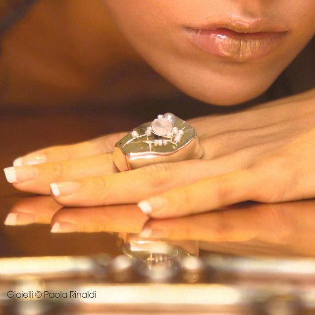 Anello in argenti e pietre preziose e semipreziose realizzato da Paola Rinaldi