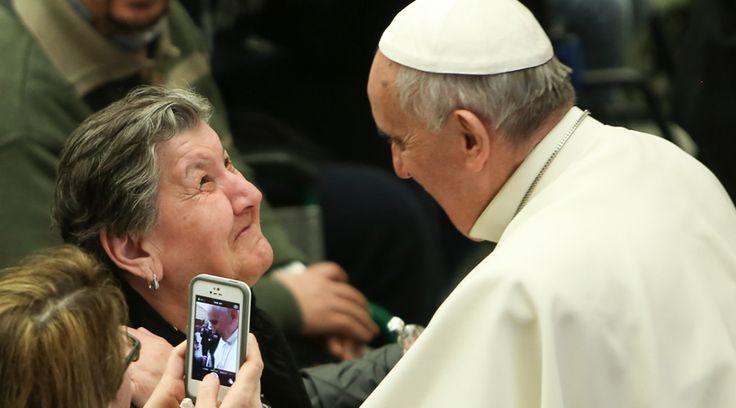 """La catequesis que el Papa Francisco pronunció este miércoles en la Audiencia General en la Plaza de San Pedro estuvo dedicada a los ancianos. """"La Iglesia no puede y no quiere conformarse con una mentalidad impasible y menos aún de indiferencia y de desprecio hacia la vejez"""", expresó el Pontífice. https://www.aciprensa.com/noticias/papa-francisco-una-sociedad-que-descarta-ancianos-porta-el-virus-de-la-muerte-10437/"""