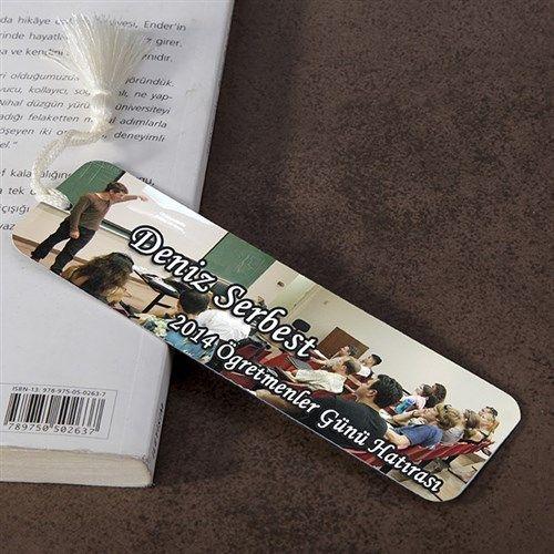 Kitap okumayı seven öğretmeninize, üzerinde kendi fotoğrafının ve sizin belirlediğiniz öğretmenler günü cümlesinin yer aldığı bir kitap ayracı hediye etmek istemez misiniz? Eminiz öğretmeniniz daha önce böyle bir hediyeyle karşılaşmamıştır! Ürün detayları için: http://www.buldumbuldum.com/hediye/ogretmenler-gunu-hediyesi-kitap-ayraci/