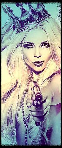 Аватар вконтакте Девушка с короной на голове и пистолетом в руке (© zmeiy), добавлено: 30.03.2015 20:03