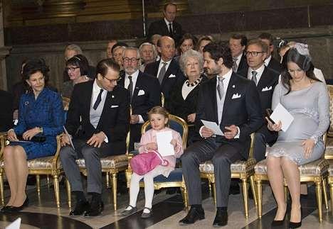 Kuningatar Silvia, prinssit Daniel ja Carl Philip sekä prinsessat Estelle ja Sofia prinssi jumalanpalveluksessa.