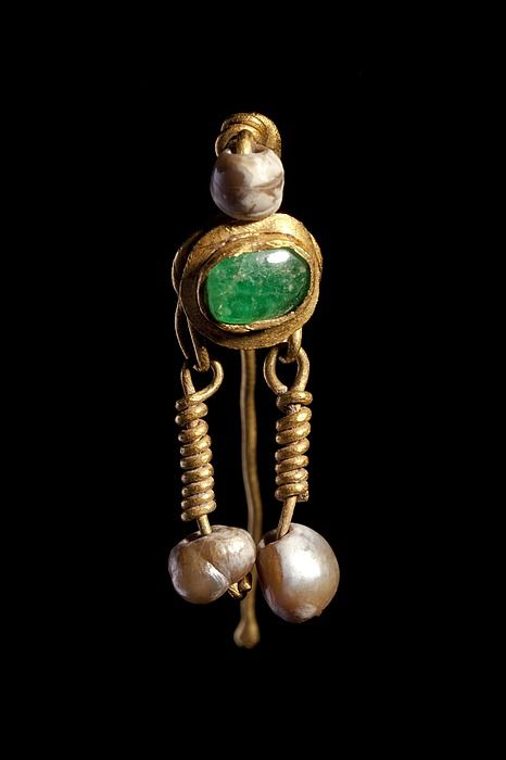 Øresmykke. Romersk CC0Luk Ear-ring. Roman  Gold, emerald, pearls.