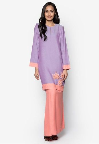 Baju Kurung Modern from Gene Martino in Pink and Purple Gene Martino wants to make sure you look good when the occasion calls for traditional wear. Simple and feminine, this loose-fitting colourblocked design does so much for you with so little. A good purchase, we must say. Top - Polyester - Rou... #bajukurung #bajukurungmoden