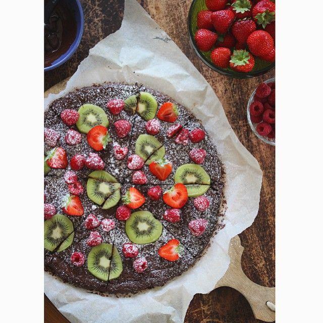 Brownie pizza on a lazy sunday. Slumrer på sofaen og drømmer om å bestille en sånn på døra. Med to liter hjemmelaget vaniljeis til. Eller forresten, jeg kommanderer bare ungene ut på kjøkkenet #latmannsliv #oppskriftpåblogg #brownie #browniepizza #kremno #matbloggsentralen #godtno #instamat #bakemag #rbbilde #nrksommer #kremno