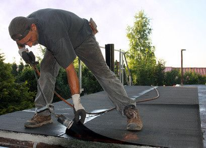 Bei Dachpappe, die auch als Bitumen-Dachbahn bezeichnet wird, handelt es sich um eine Pappe, die mit Bitumen getränkt ist. Zudem sind vielfach grobkörniger Sand, feiner Kies oder Schiefersplitter in die Dachpappe eingewalzt, was die Abriebfestigkeit und die UV-Resistenz erhöht. Dachpappe wird in erster Linie als zweite Dachhaut unter Dachziegeln verlegt. Daneben ist Dachpappe aber auch als Dacheindeckung für eher einfache Holzdächer von beispielsweise Gartenhäuschen, Geräteschuppen und…