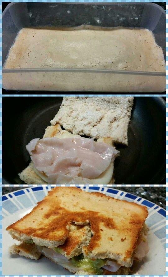El sandwich fitness! Ideal para reducir la ingesta de grasas y carbos. Para el pan: -Una lata de atún - 2 claras de huevo - Orégano al gusto - Una pizca de sal Trituramos todo con la batidora y metemos al microondas a máxima potencia durante 4 minutos en un túper rectangular (imagen 1) Después cortamos por la mitad y, con cuidado, tostamos un poco en la sartén (imagen 2) Por último rellenamos con lo que más nos apetezca.