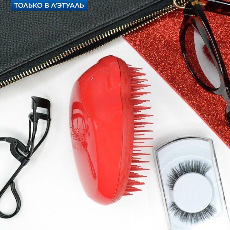 Знакомьтесь с нашей новинкой! Стильная, яркая и суперэффективная — расчёска Tangle Teezer Thick & Curly Salsa Red. Это то, что нужно твоим волосам, чтобы они всегда были в идеальном состоянии. Плотные, удлинённые зубчики легко расчёсывают влажные и сухие локоны, не повреждая их. Этой расчёске подвластны даже самые непослушные и очень густые волосы!