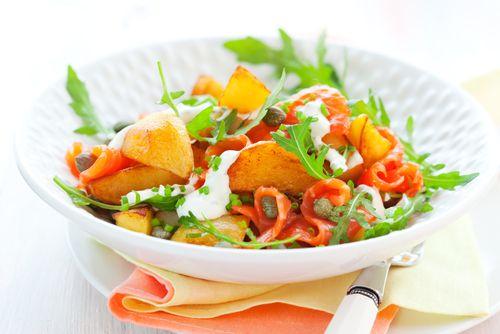 Μια σαλάτα με γλυκοπατάτες και καπνιστό σολωμό σε περιμένει να την δοκιμάσεις - http://ipop.gr/sintages/salates/mia-salata-glikopatates-ke-kapnisto-solomo-se-perimeni-na-tin-dokimasis/