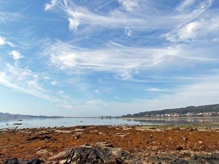 Een blik op de Ria de Arousa vanaf A Toxa. Dit kleine eiland is door een brug verbonden met het schiereiland O Grove. In de Ria de Arousa worden veel mosselen, oesters en St.Jacobsschelpen gekweekt. Ook zoeken mensen op het wad naar schelpdieren. A Tox... - Galicia, Spanje | Columbus Travel