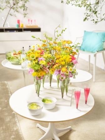 Sommerparty@home  Summertime and living is easy!  Das spiegelt das diese süsse sommerliche Tisch-Dekoration mit Chrysanthemen-Blüten.  Einweg-Sektgläser sind die Grundlage für die verspielte Inszenierung, die echte Unbeschwertheit des Seins ausdrückt. Ein Vorteil: Die Blüten können mmer wieder ausgetauscht und neu dekoriert werden.  Fröhlich, unkompliziert, bunt : wie eine sommerliche Blütenwiese.