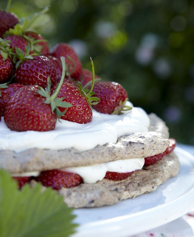 En skøn og nem sommerdessert med friske jordbær og søde makronbunde, som fint kan laves på forhånd, hvis du skal have gæster. (Recipe in Danish)