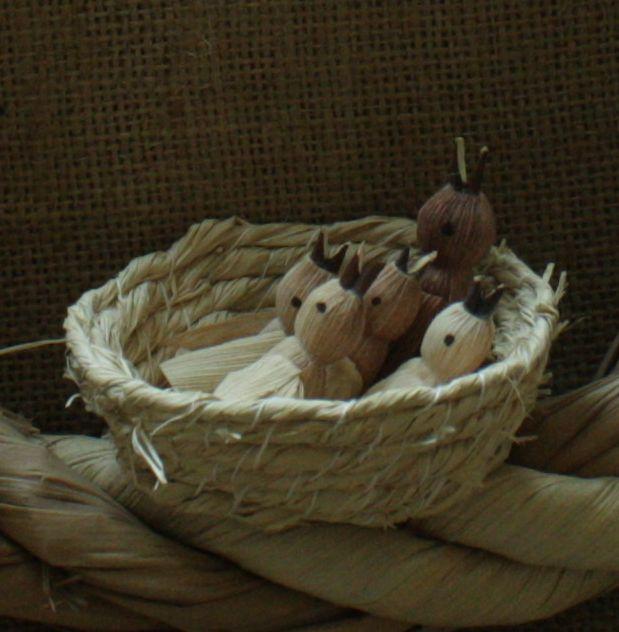 """""""Starost o rodinu"""" - věnec na pověšení Interiérová dekorace v přírodních barvách k zavěšení. Věnec je z kukuřičného šustí a rákosových listů. Na věnečku sedí dva ptáčkové, ve spodní části je hnízdo s mláďaty - vše z kukuřičného šustí, částečně barveného. Pouze hnízdečko jsem udělala z lýka. Na levé straně jsou květy, nahoře je mašle, také ze ..."""