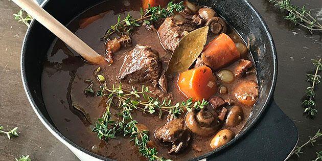 Fuldstændig fantastisk opskrift på boeuf bourguignon med super mørt oksekød og en knaldgod rødvinssovs.