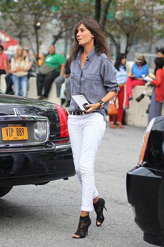 emmanuelle alt. Camisa jeans, calça branca e salto preto.