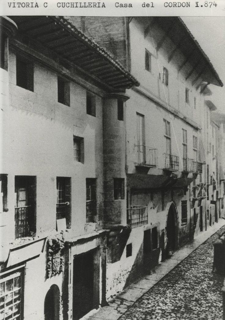 Fachada principal de la Casa del Cordón en la calle Cuchilleria. 1874
