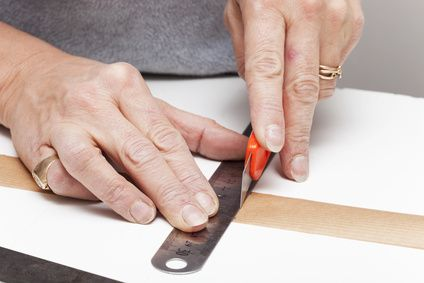 Coller du papier kraft sur un volume en carton