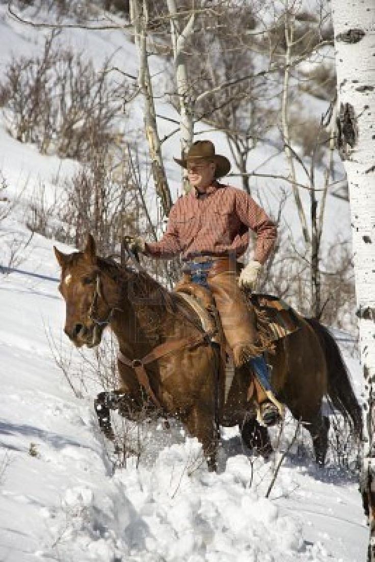 Un cowboy et son cheval dans la neige.