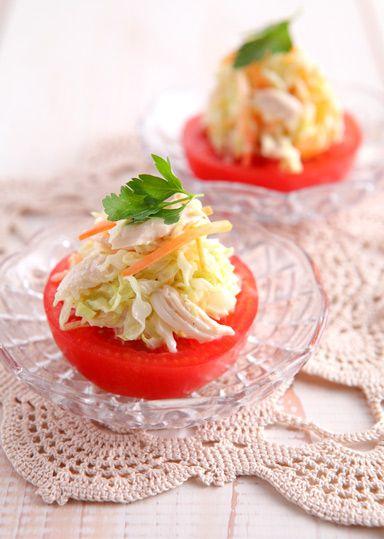 トマトの冷製サラダ のレシピ・作り方 │ABCクッキングスタジオの ... キャベツ・玉ねぎ・鶏ささみ・にんじんをぬらくるチンしてコールスローを作り、トマトの上にのせていただきます♪