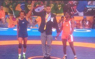 Joice Silva surpreende na final e conquista ouro inédito na luta livre
