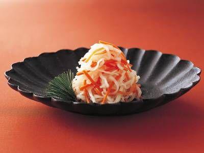 高城 順子さんの大根,にんじんを使った「紅白なます」のレシピページです。冷凍することで、なますがシャキシャキ、しっかりした独特の食感になります。 材料: 冷凍調理、解凍・調理、甘酢