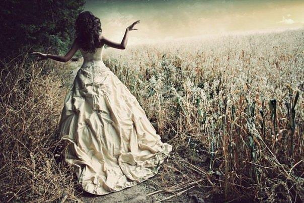 Девушка в пышном платье идет