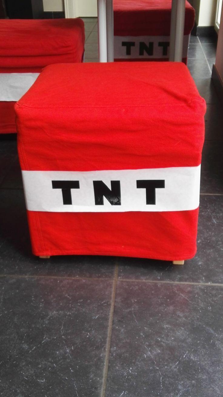 Minecraft: rood bankje van ikea,   wit papier er rond met zwarte zelfklevende folie tnt erop gekleefd
