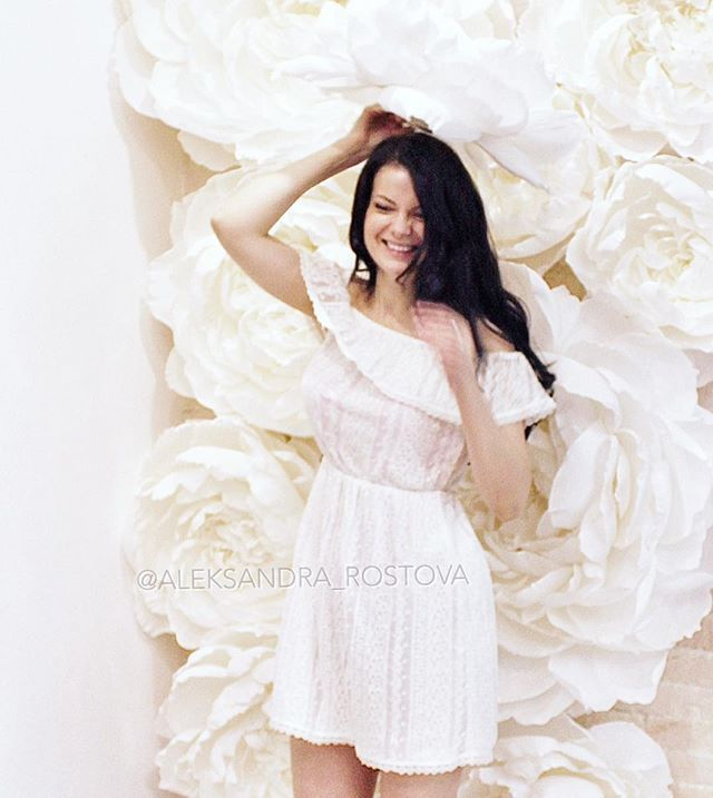 Добрый вечер! 💛 Улыбайтесь чаще🙏🏼 Фото из зимнего архива. Снежные цветы ☁️☁️☁️ ~~~~~~~~~~~~~~~~~~~~~~~~~~~~~ Good day! 💛 Let's smile more often 🙏🏼 Photo from archive (winter 2015) ❄️🌟❄️ Paper flower wall by me @aleksandra_rostova