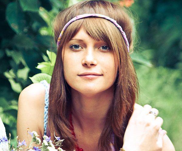 Hippie Penteado com franja  Este penteado hippie moderna vem completo com franja frontal suave para um olhar bonito. O cabelo fica aberto enquadrando ambos os lados da cara.